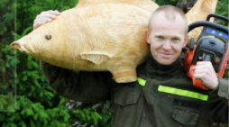 Dřevěný masiv proměněný na zahradní sochy motorovou pilou