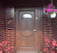 Vchodové dřevěné dveře jsou opět in