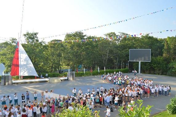 """Zaměstnanecké děti společnosti ARAKO (Opava) mohly prožít část prázdnin v ruském táboře """"Orljonok"""" na pobřeží Černého moře"""